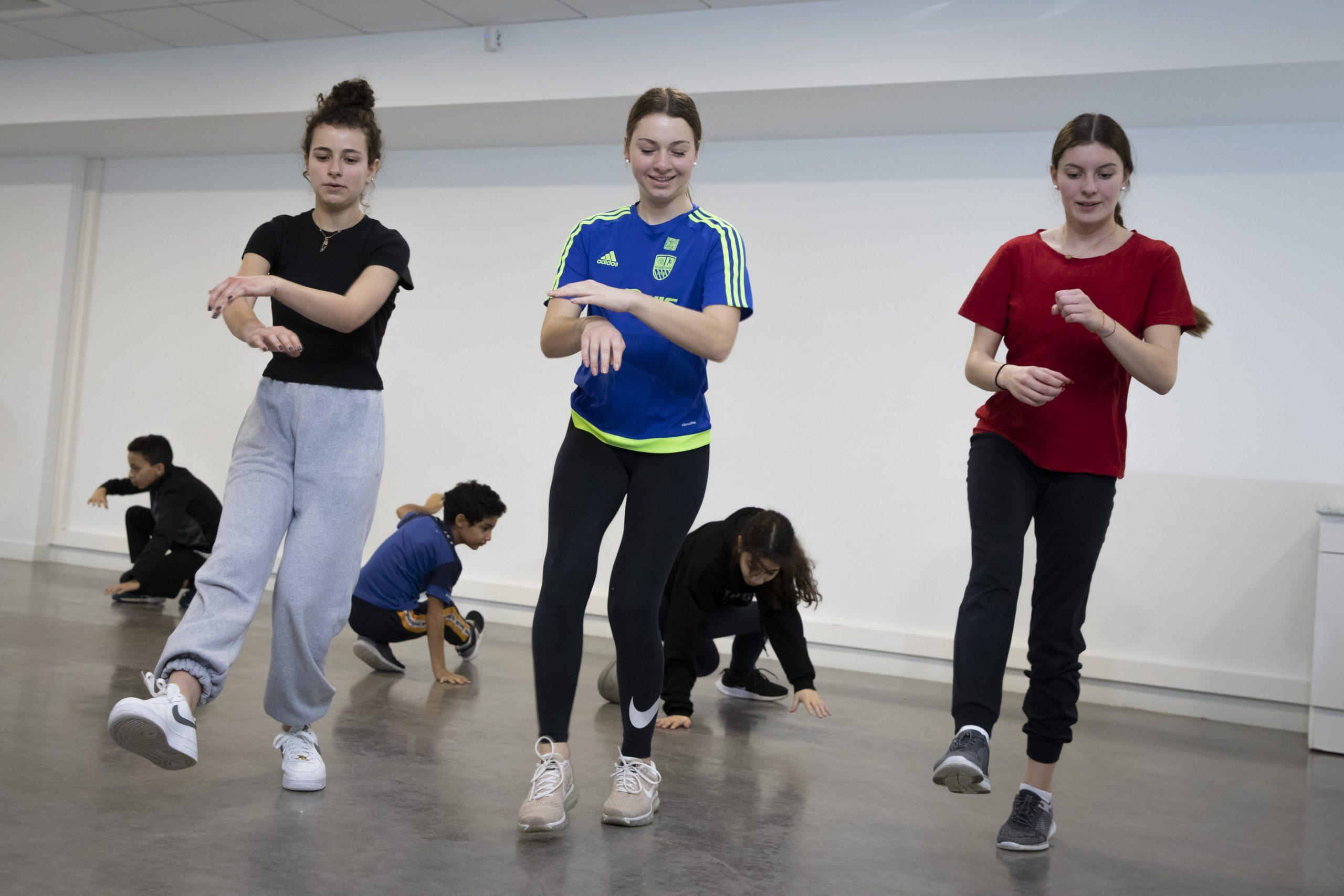 Photo d'une séance de danse urbaine et hip hop avec l'éducatrice de Sports Pour Tous