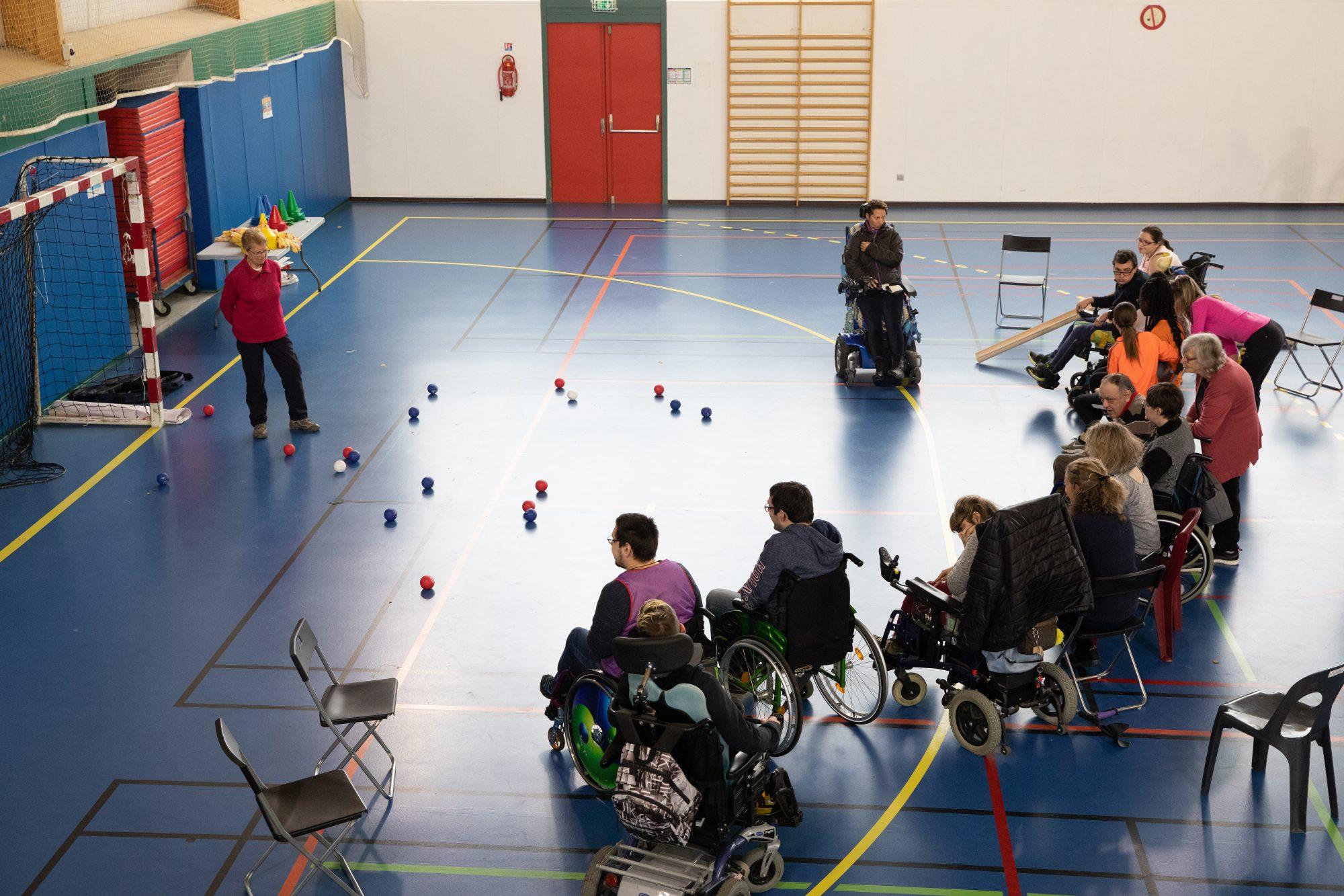 Photo de jeux d'adresse pour personnes handicapées au collège Brassens par Sports Pour Tous