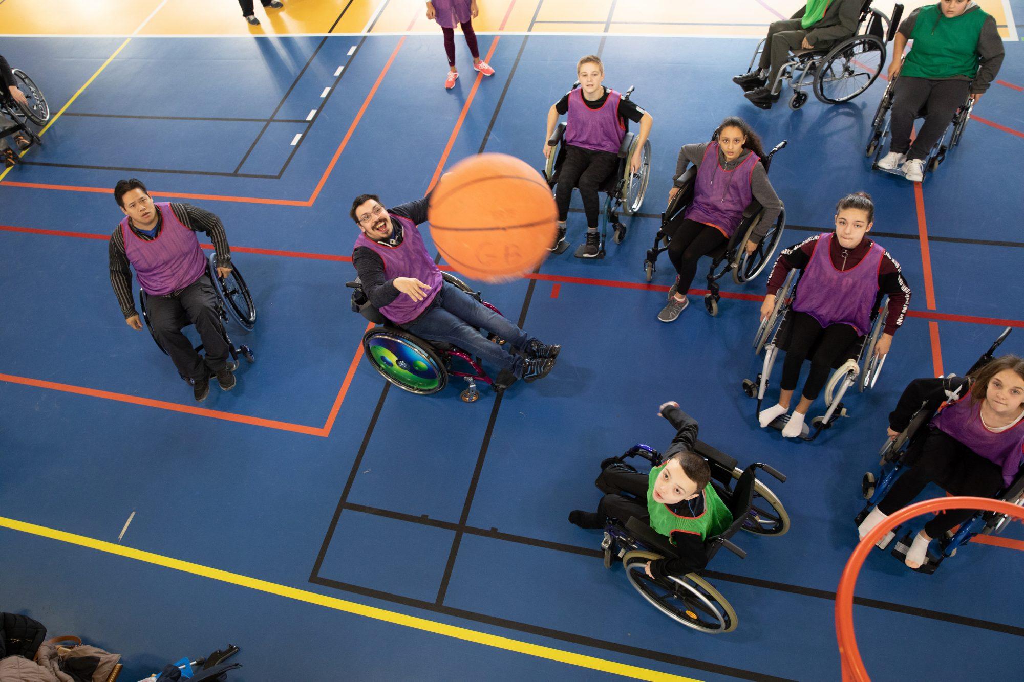 Photo d'une séance de basket en fauteuil roulant par Sports Pour Tous